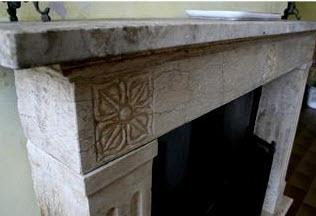 Cornici camini antichi trattamento marmo cucina for Camini rivestiti in pietra immagini
