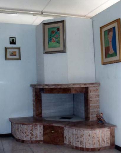Bagno rustico in pietra e legno con caminetto taverna - Camini rustici in pietra e legno ...