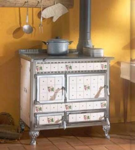 Cucine a legna in ceramica, decori floreali e funzionalità