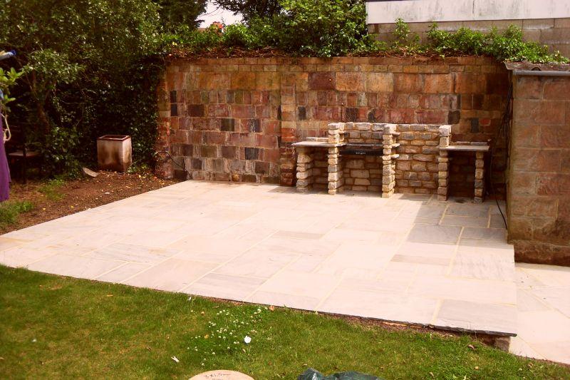 Free barbecue in muratura dotato di vari scomparti with - Barbecue da giardino in pietra ...