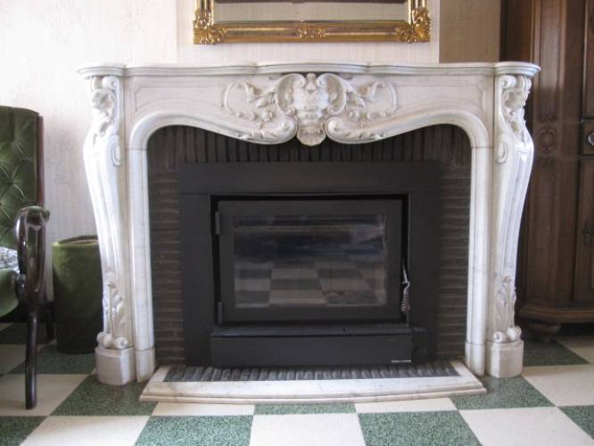 Caminetto Luigi XV realizzato in marmo di Carrara con frontale con ...