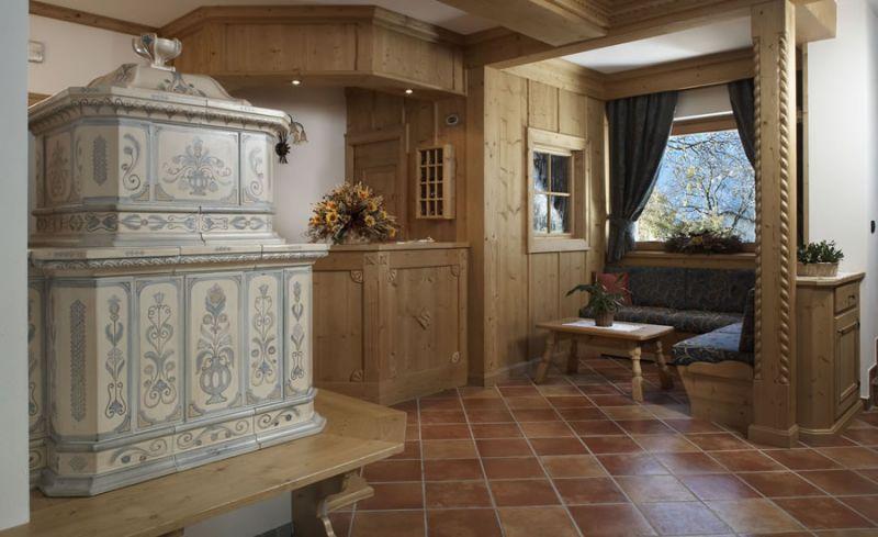 Esempio di installazione di stufa tirolese in un ambiente moderno ma ...